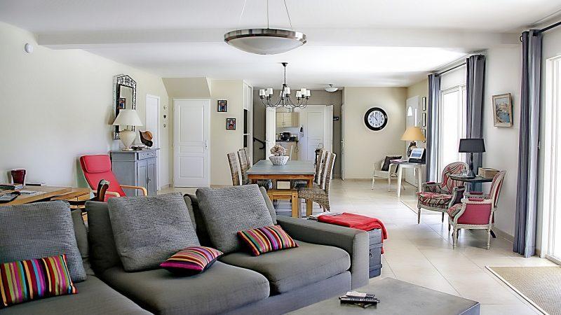 Installer des luminaires design et connectés dans son salon